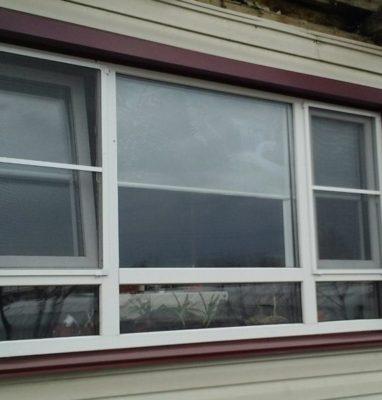 Окно ПВХ с москитной сеткой в частном доме
